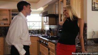 淫荡的家庭主妇莱利埃文斯在厨房引诱她的丈夫