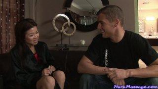可爱的亚洲女按摩师Jackie Lin接受年轻顾客