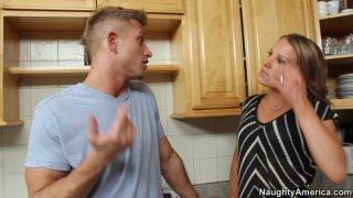Kinky家庭主妇Alyssa Dutch在厨房品尝美味的lollicock
