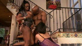 Buxom小鸡Roxanne Hall和Jada Fire骑着僵硬的黑色阴茎