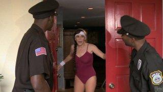 两名警察在她的地方砰砰砰砰地响着美洲狮