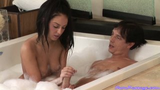 整洁的黑发小鸡Stephanie Cane在按摩浴缸中抚摸和吹动公鸡