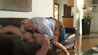 角质小鸡Skyler Price在客厅里有一只强壮的阴茎