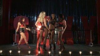 肮脏的婊子Jessica Drake,Kaylani Lei,Alektra Blue和Brandy Aniston在舞台上表演,后来他妈的互相搞砸