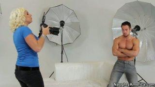 一个角质摄影师Lylith LaVey引诱模特,并在照片拍摄时吮吸他的阴茎