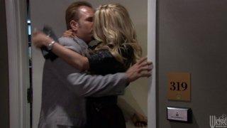 金发碧眼的头杰西卡德雷克在电梯里赢了一只公鸡并高兴地吸了它
