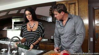 杰西卡杰米斯在厨房里搞砸了她的阴部