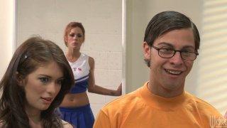 活泼的啦啦队长Briana Blair在教室里热情地乱搞