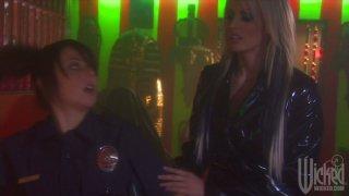 性感的金发风暴丹尼尔斯和角质警察便士火焰在酒吧做出来
