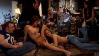 Jenna Haze和Kirsten Price用瓶子玩游戏并获得角质