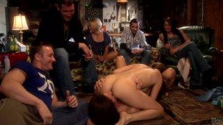 苗条和性感的辣妹Jenna Haze和Kirsten Price在69个位置吃小猫