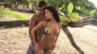 华丽的宝贝Marcella Moraes在沙滩上遇到一个男人,并且狠狠地乱搞他