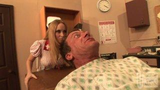 两名狡猾的护士为病人而战,后来胜利者吮吸他的阴茎