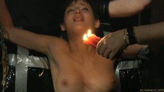 可怜的黑发Coco de Mal被鞭子和蜡烛蜡暂停和折磨