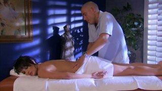 Bald masseur为热烈的Alektra Blue提供全方位服务