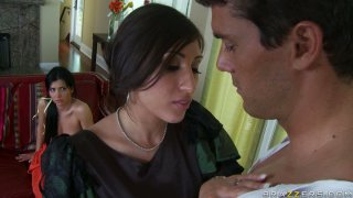 Rebeca Linares和Alexis Breeze扮演拉丁辣妹渴望迪克斯的角色