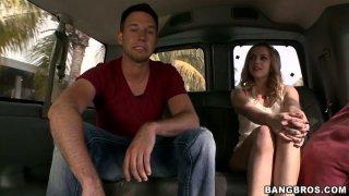 华丽的金发婊子Lexi Belle在卡车上乱搞狗的风格