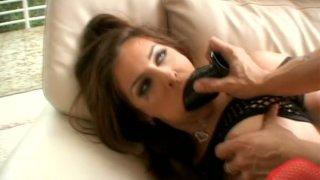 Mad nympho Peyton Lafferty吮吸一个假阳具,并让她的肛门钻了
