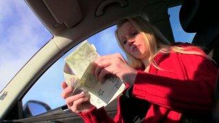 肮脏的露西在车里吮吸一只公鸡要钱