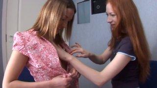 两个活泼的红发女郎Niki Millena和她的朋友开始热烈的前戏