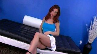 角质婊子莱利害羞抚摸她的身体和自慰在沙发掀裙
