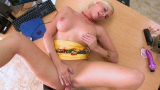 可怜的荡妇Brittanie Lane让她的阴部戳了一个假阳具