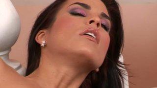 迷人的黑发gal Nella用指法对待她的阴部