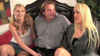 被宠坏的金发女郎Alana Evans,Allie James引诱Evan Stone并吮吸他的阴茎
