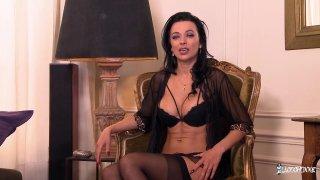 性交的华丽法国妓女与大山雀微笑