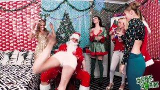 这是圣诞节派对,女孩们从圣诞老人那里享受僵硬的阴茎