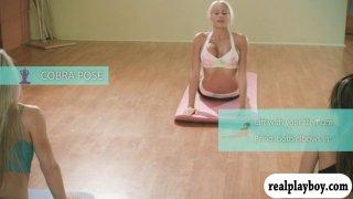与热的大胸部金发教练Khloe Terae的瑜伽会议