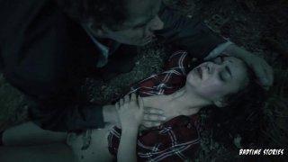 可爱的女孩被迫在森林里吮公鸡