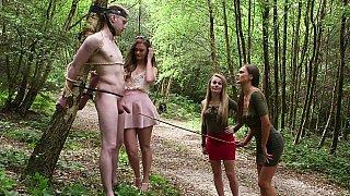 CFNM四人在森林里
