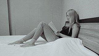 与一个年轻的拉脱维亚金发女郎的恋物癖手淫