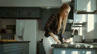 Juggy seductress布兰妮琥珀在厨房里变得很难干