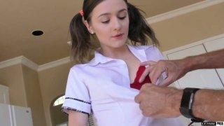 大学小鸡Rosalyn狮身人面像为她的继父提供了一个rimjob并奠定了基础