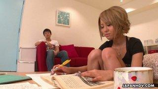 可爱的日本女友Yuri Kurosaki向她的Bf赠送了一个yum-yum口交
