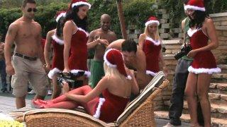 五个性感的圣诞老人正在狂欢新年派对