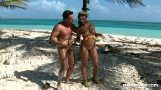 Busted Bitch Daria Glower在海滩上得到肛门他妈的