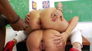 顽皮的女孩Darla Crane和布兰妮史蒂文斯正在大学教室里肛门深入渗透
