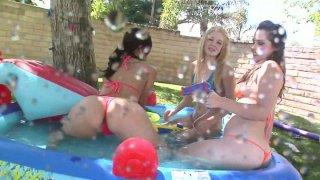 与Ally Ann,Alexis Breeze和Charlotte Vale一起在游泳池玩耍