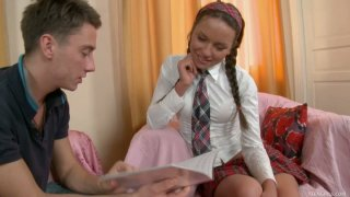 活泼的金发青少年朱诺得到了艾伦的小啄木塞塞满她的阴茎