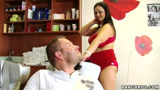 BBW理发师Sirale为她的客户提供全方位服务