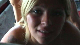 角质业余金发女郎克里斯蒂娜有一个她的第一个面部护理