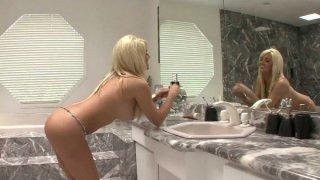神话般的金发女郎伦敦里根在浴缸里看起来很神奇