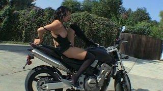 美味多汁的屁股骑自行车。 Adriana Faust户外脱衣秀