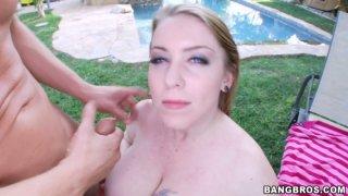 逗人喜爱的白肤金发的Desiree De Luca乱搞在草的小狗样式