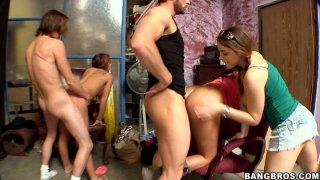 角质黑发Natasha Nice,Haley Sweet和Lacie James为两个白人打开双腿
