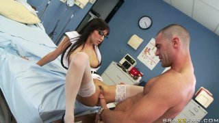性感的护士April O'Neil在医生的办公室里受了重伤
