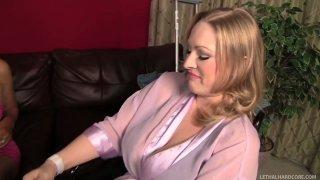 最好的妻子Vicky Vixen邀请Abbey Brooks操她的丈夫Daniel Hunter